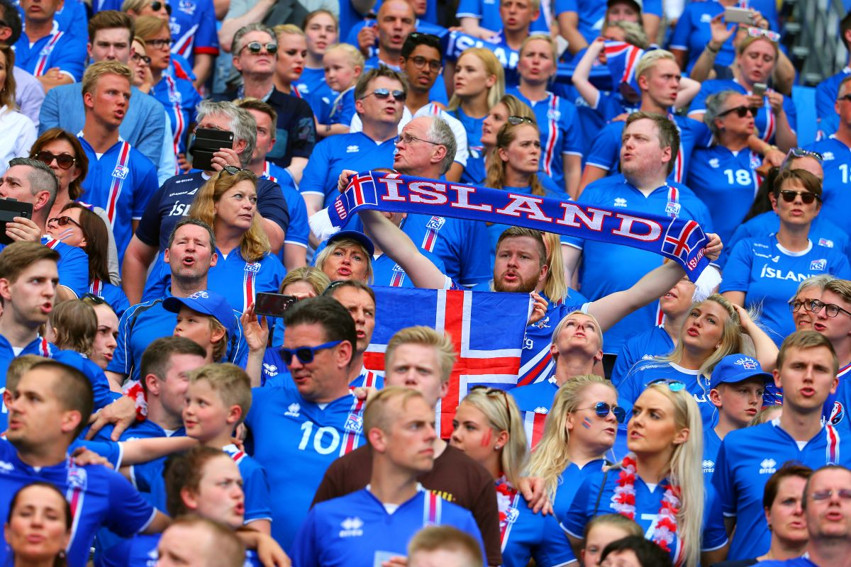 epa05383936 Iceland fans cheer for their team during the UEFA EURO 2016 group F preliminary round match between Iceland and Austria at Stade de France in Saint-Denis, France, 22 June 2016. (RESTRICTIONS APPLY: For editorial news reporting purposes only. Not used for commercial or marketing purposes without prior written approval of UEFA. Images must appear as still images and must not emulate match action video footage. Photographs published in online publications (whether via the Internet or otherwise) shall have an interval of at least 20 seconds between the posting.)  EPA/SRDJAN SUKI   EDITORIAL USE ONLY